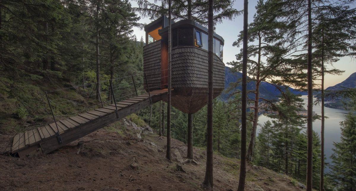 Роскошный домик в окружении деревьев с видом на захватывающий норвежский фьорд