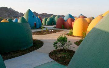В Иране построена красочная деревня из купольных домиков