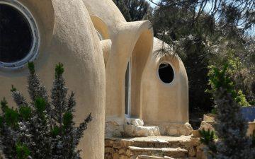 Эксперт по пермакультуре Мэтью Проссер построил для семьи купольный дом из глины