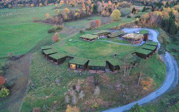 Отель Øyna с «зеленой» крышей гармонирует с впечатляющим северным пейзажем