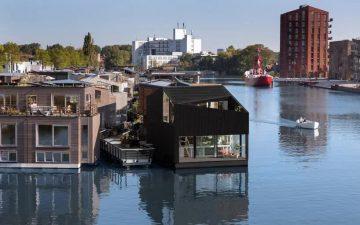 В Амстердаме построили первый плавучий дом для нового района
