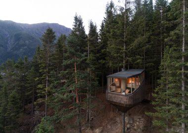 Домики с захватывающими видами на фьорд в Норвегии буквально висят на деревьях