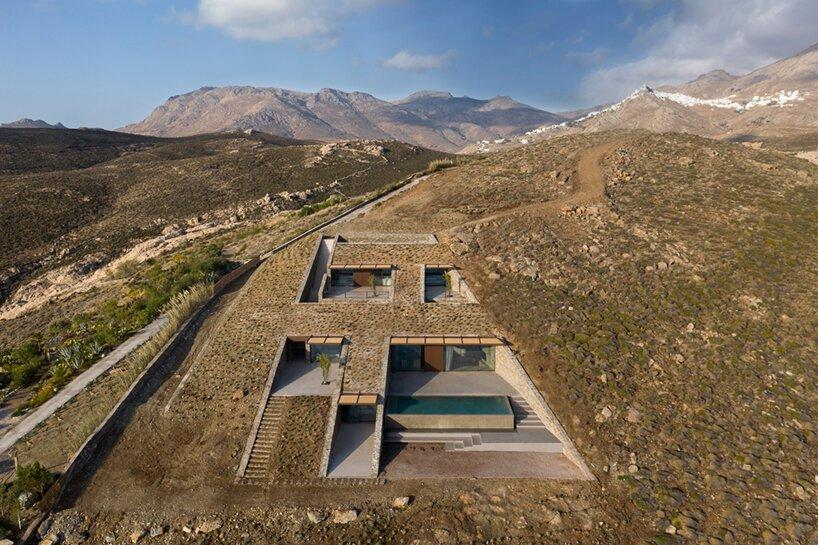 nCAVED: уникальный дом, встроенный в скалу на греческом острове