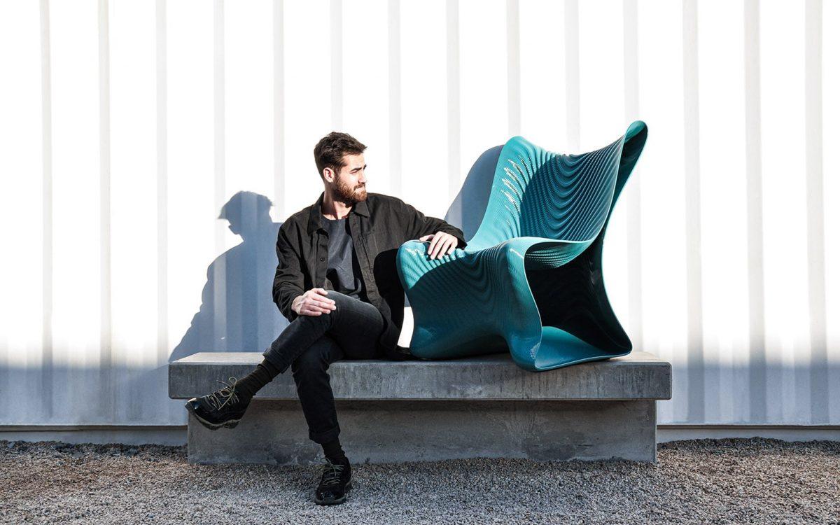 3D-печатный стул Mawj имитирует волны и цвета Аравийского моря