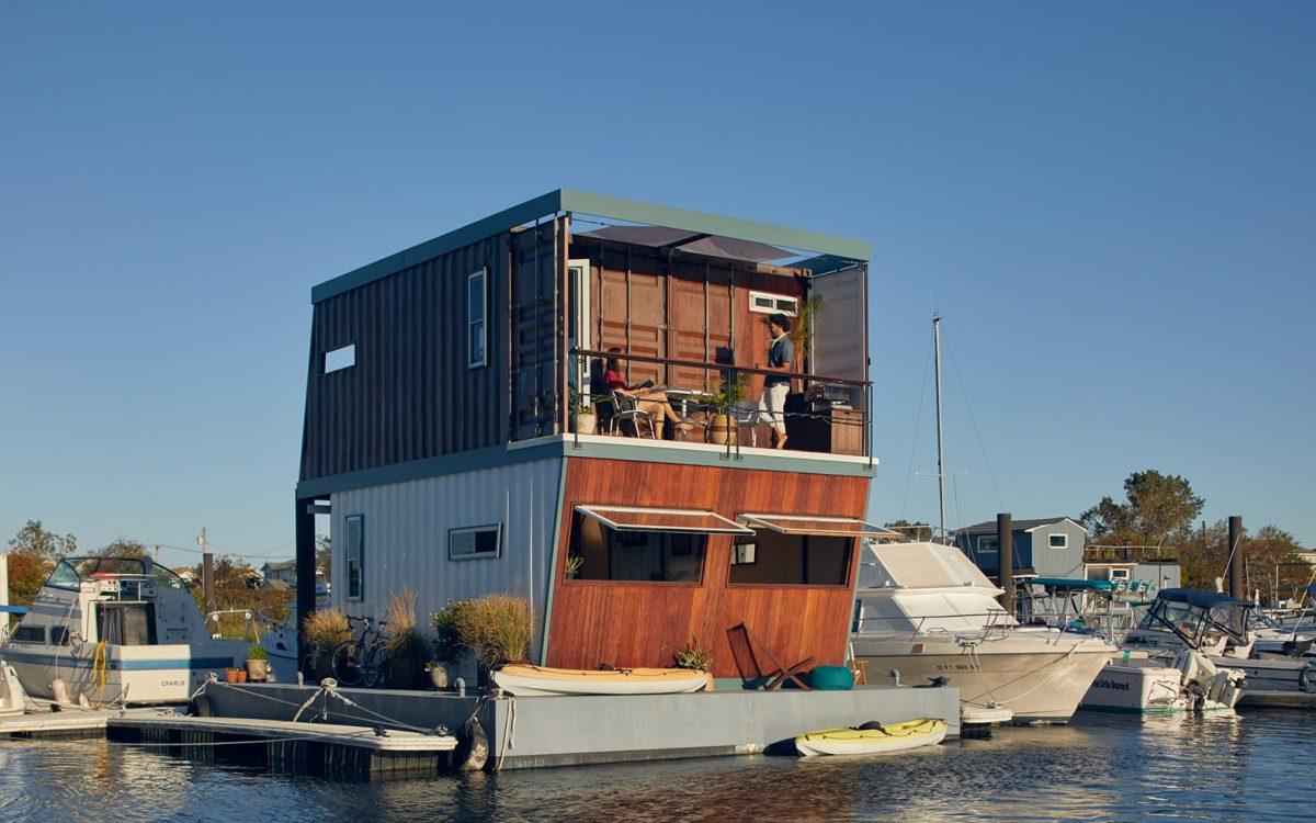 Плавучий контейнерный дом в Нью-Йорке поднимается и опускается с изменением уровня моря