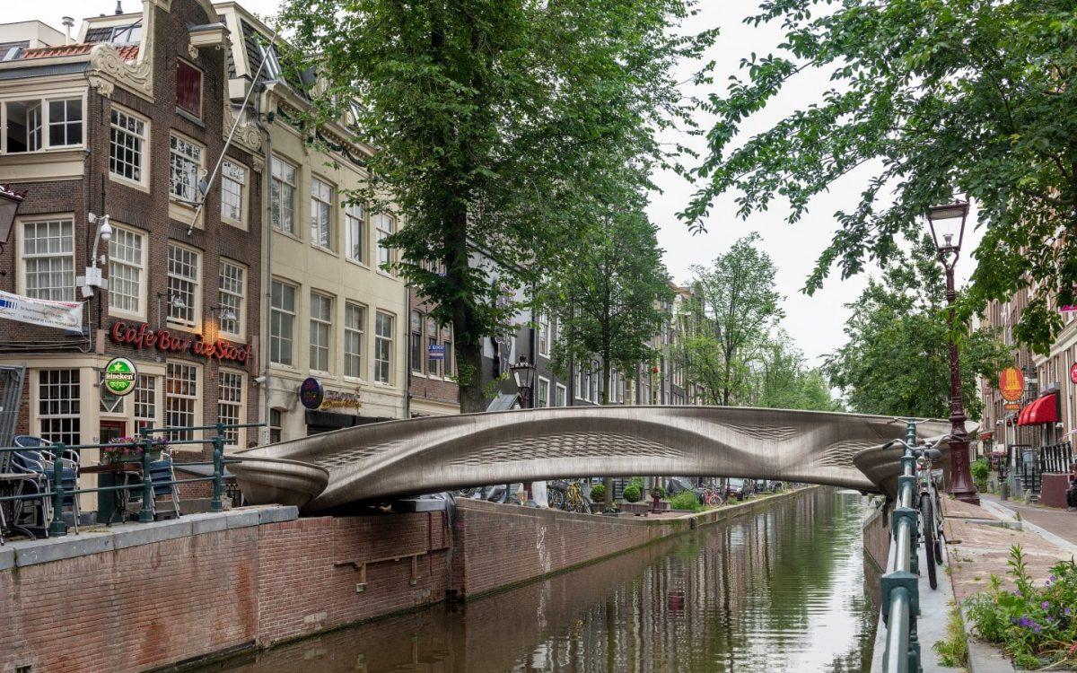Первый в мире 3D-печатный мост из нержавеющей стали пересекает голландский канал