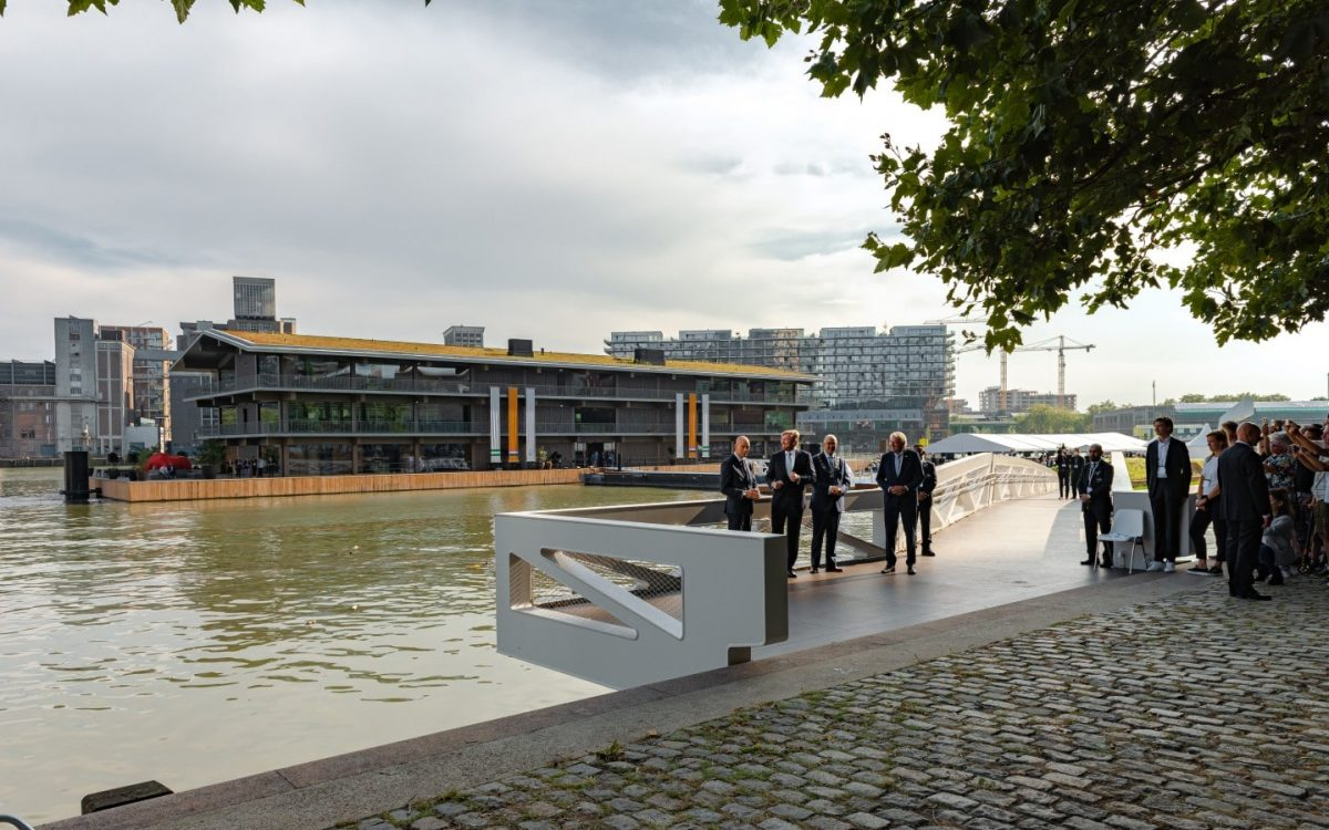 В Роттердаме построен самый большой в мире плавучий офис, устойчивый к изменению климата