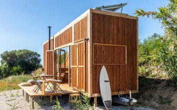 Крошечный деревянный дом для автономной жизни в дороге